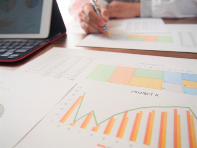 分析資料と向かい合う人の手